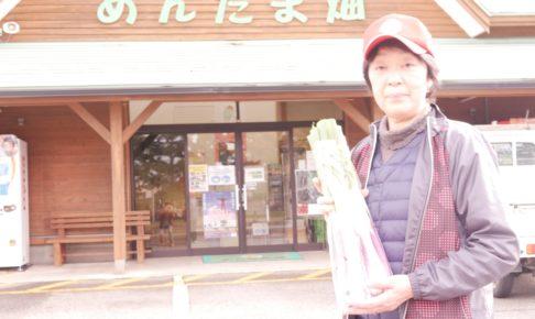 平田ネギをもつ髙橋栄子さん